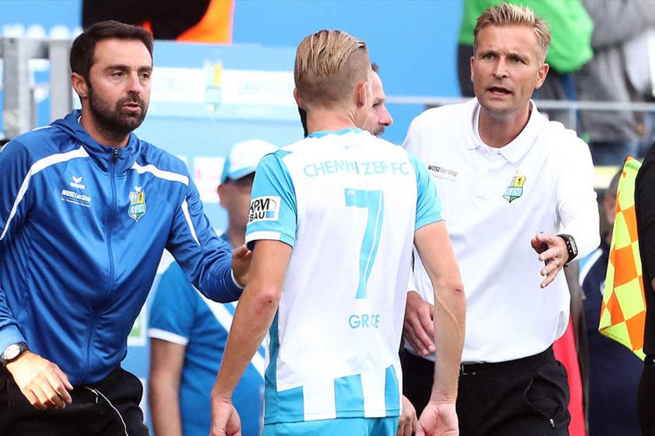 Co-Trainer Sreto Ristic (l.), Dennis Grote nach gelber Karte und Trainer David Bergner (r.).