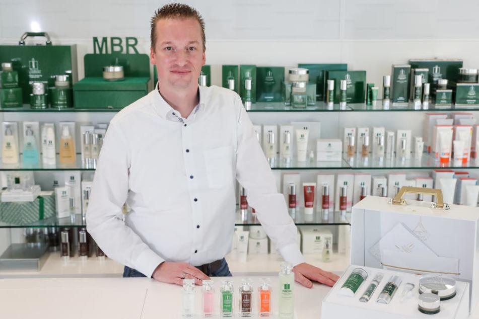 Ronald Behrens, Mitglied der Geschäftsleitung, steht zwischen verschiedenen Pflegeprodukten der Medical Beauty Research GmbH (MBR).