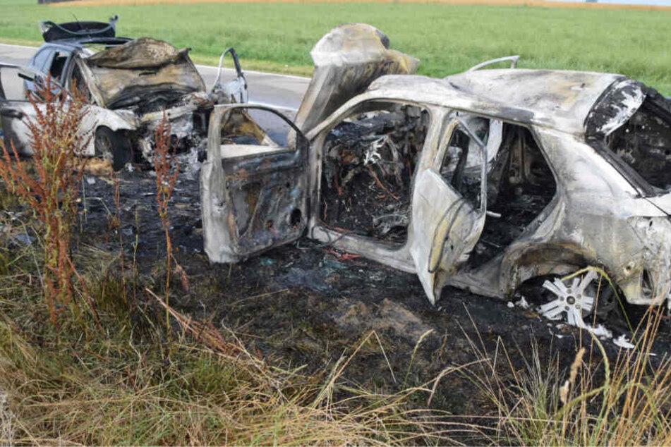 Überholversuch endet mit Horror-Unfall: Mann rast in Gegenverkehr, drei Menschen kämpfen um Leben