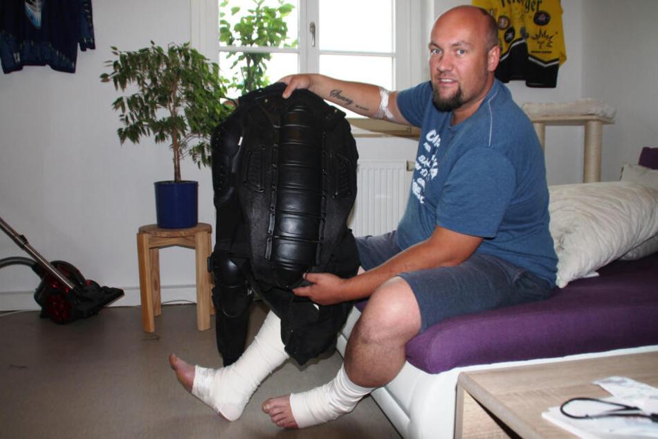 Biker Marco Böhm (33) ist froh, dass ihm geholfen wurde und dass seine Schutzkleidung noch schwerere Verletzungen verhindert hat.