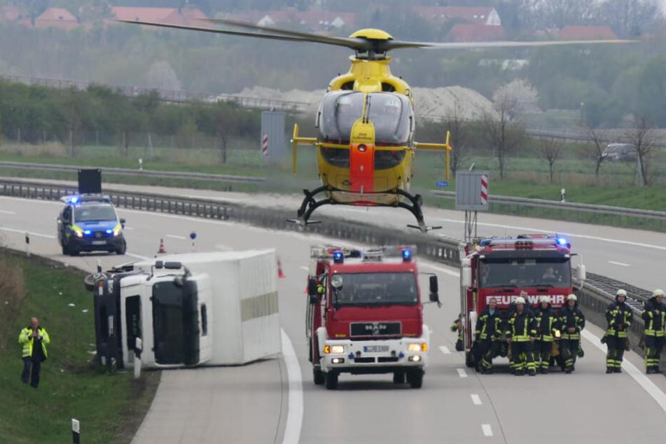 Fahrer mit Rettungshubschrauber weggebracht: Lkw kippt auf der A38 um!