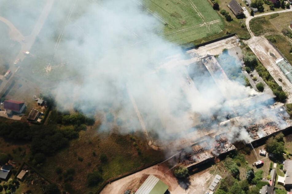 Rund 1000 Quadratmeter brennen: In Nauen stehen drei Scheunen in Flammen