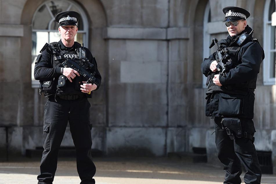 Bewaffnete Beamte der Londoner Polizei bewachen die Innenstadt.