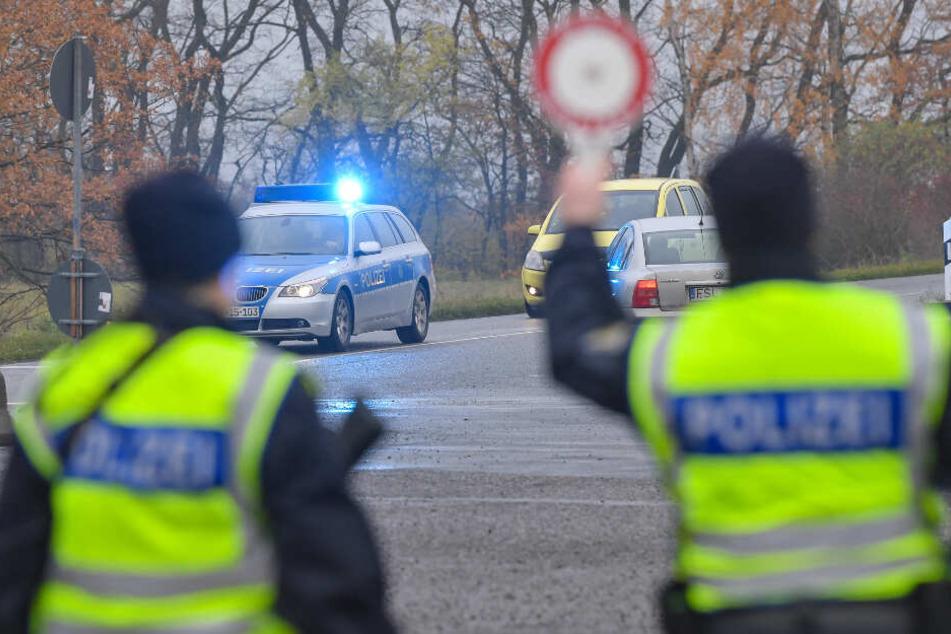 An neuralgischen Punkten positionierten sich Polizisten. (Symbolbild)
