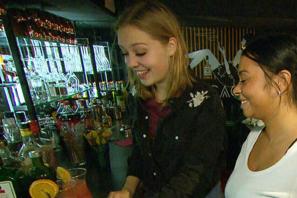 Teuflischer Cocktail: Sina (li.) und Lucy (re.) haben Spaß bei der Ausführung ihres Plans.