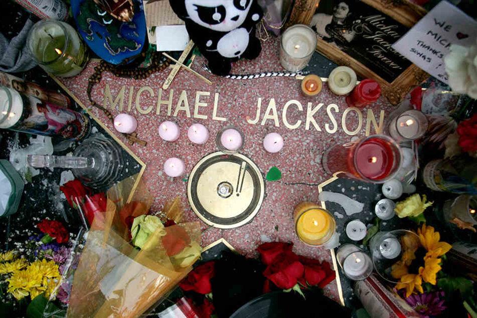 Kerzen und Blumen liegen am 26. Juni 2009 auf dem Stern des US-Sängers Michael Jacksonam Walk of Fame. Er starb einen Tag zuvor.