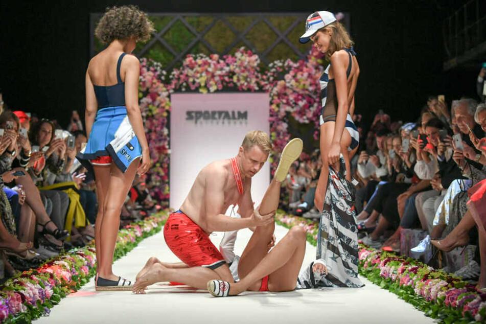 Als Einlage half er einem Model auf die Beine.