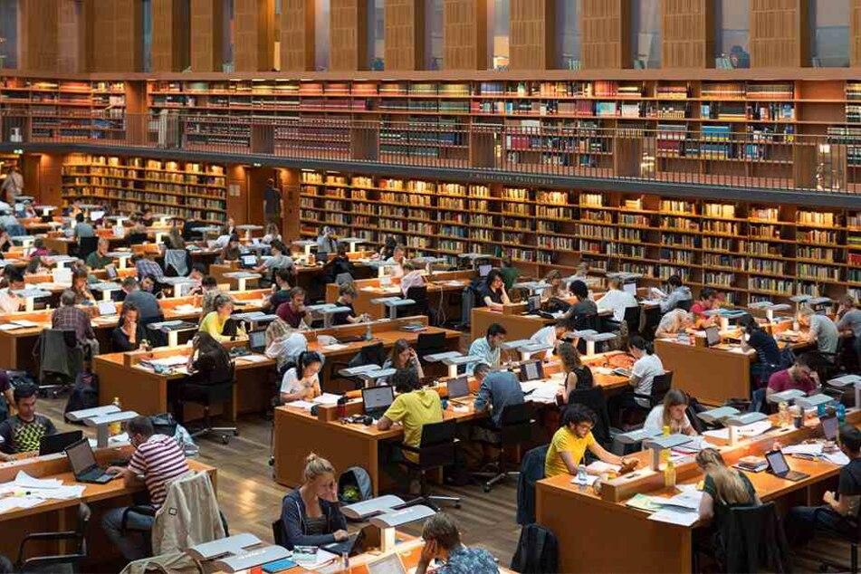 Blick in den großen Lesesaal der Sächsischen Landesbibliothek, Staats- und Universitätsbibliothek Dresden (SLUB). Bald sind hier auch die 250 nach dem Krieg verschwundenen Musikhandschriften digital einzusehen.