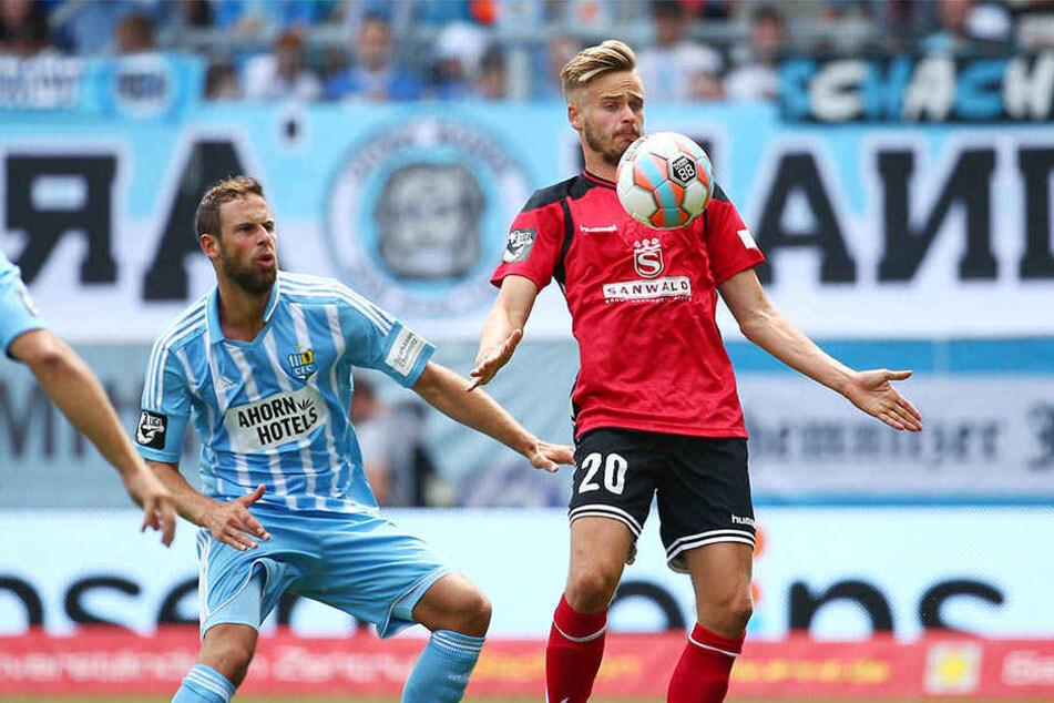 Großaspachs Lucas Röser (r., hier gegen den CFCer Marc Endres) ist einer der begehrtesten Stürmer der 3. Liga.