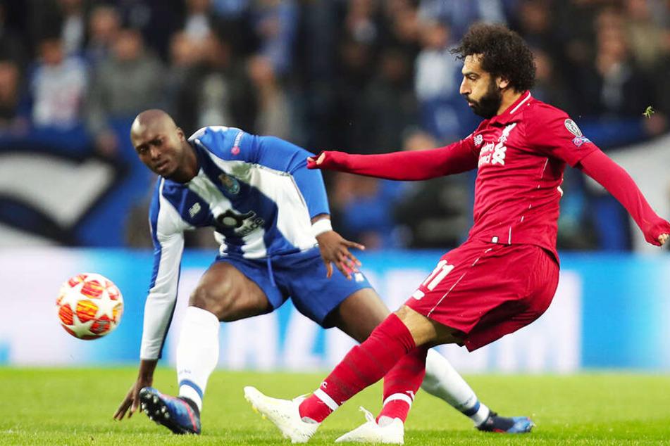 Liverpools Mohamed Salah bereitete das 1:0 für die Reds vor. Hier spielt er den Ball an Portos Danilo Pereira vorbei.