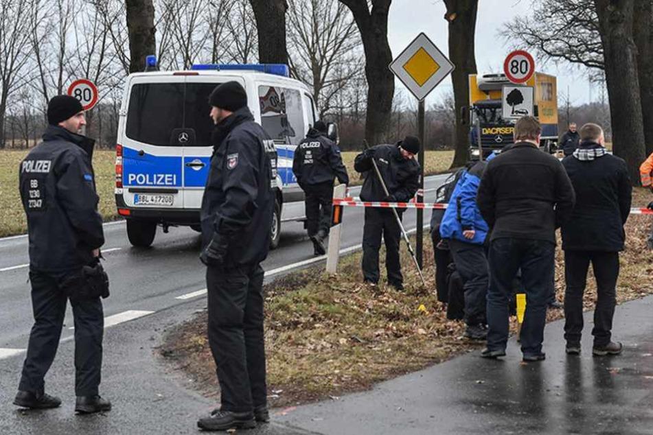 Polizisten bei der Spurensicherung an der Stelle, wo zwei ihrer Kollegen von Jan G. getötet wurden.