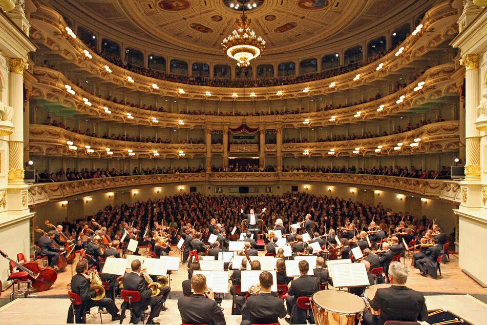Die Staatskapelle Dresden spielt während des Konzertes zu ihrem 460. Geburtstag in der Dresdner Semperoper. (Archivbild)
