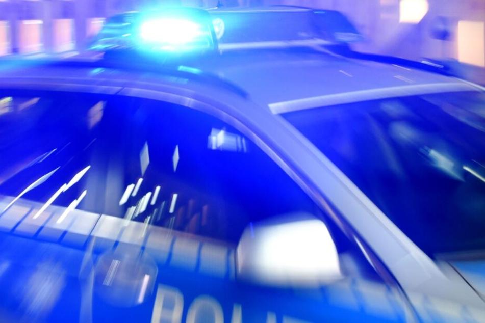 14-Jährige klaut Autoschlüssel, flieht vor der Polizei und kracht gegen Baum