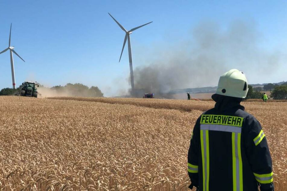 Im Landkreis Bautzen steht ein Feld in Flammen.