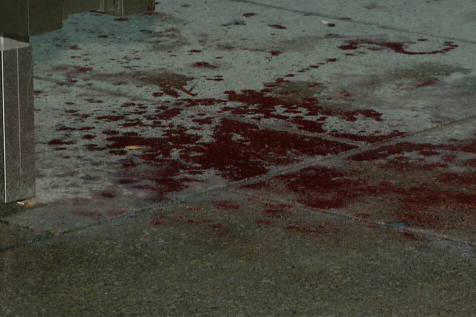 An der Haltestelle, an der sich die beiden Männer gestritten haben sollen, ist eine Blutlache zu sehen.