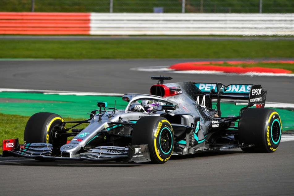 Lewis Hamilton an Bord des neuen Mercedes-AMG F1 W11 EQ Performance in Silverstone.