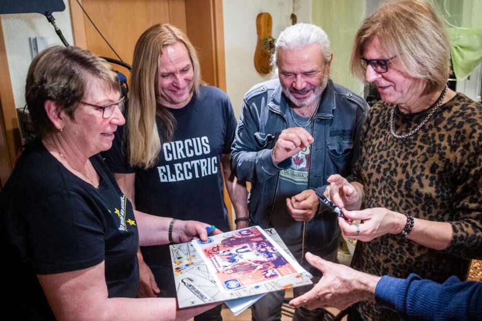 """Klaus Kühn (65), seine Frau und acht Freunde gewannen ein Wohnzimmerkonzert der """"Rock Legenden"""" in Hohenstein-Ernstthal."""