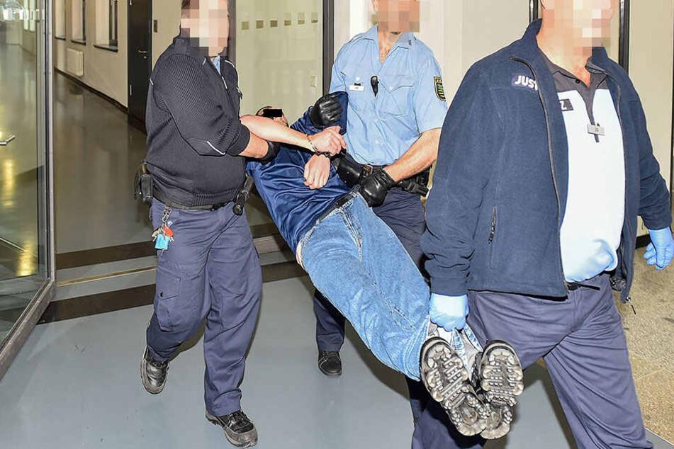 Die Beamten mussten Rami A. in zur Anklagebank tragen.