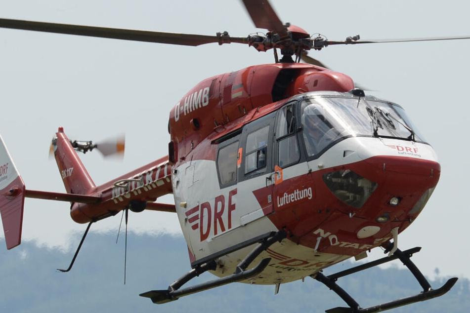 Mit einem Rettungshubschrauber ist der Mann ins Krankenhaus geflogen worden. (Symbolbild)