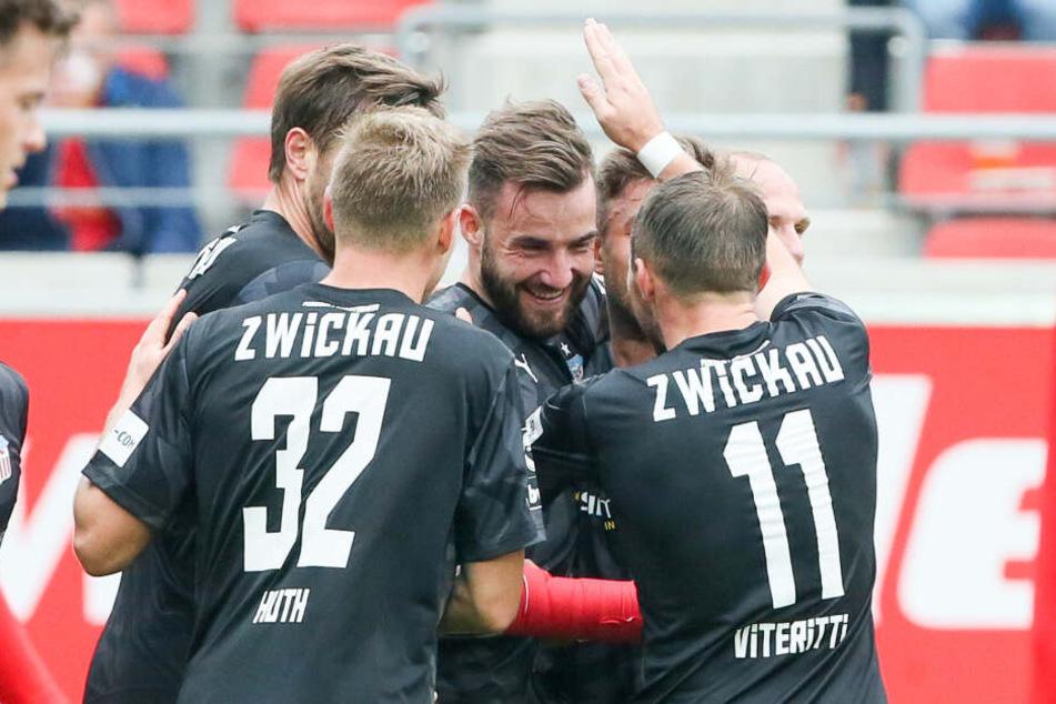 Tor für Zwickau, Zwickauer Spieler um Morris Schröter jubeln nach dem Treffer zum 0:1.