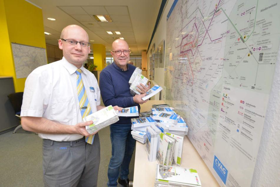 Stefan Tschök und Ronny Willno mit neuen Fahrpläne, die bei der CVAG auch den Takt für den Urlaub vorgeben.