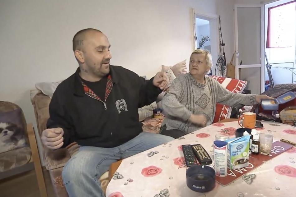 Norman und seine Mutter Karin Ritter beim Streit um eine Zigarette. Die verwahrloste Familie musste übergangsweise aus ihrer Obdachlosenunterkunft ausziehen.