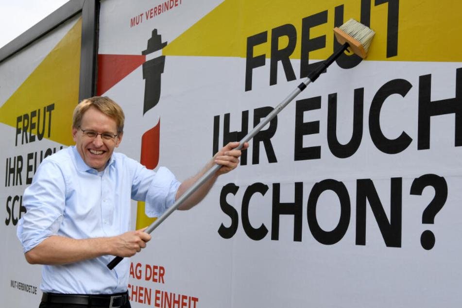 Schleswig-Holsteins Ministerpräsident Daniel Günther (CDU) beteiligt sich an einer Werbeaktion.