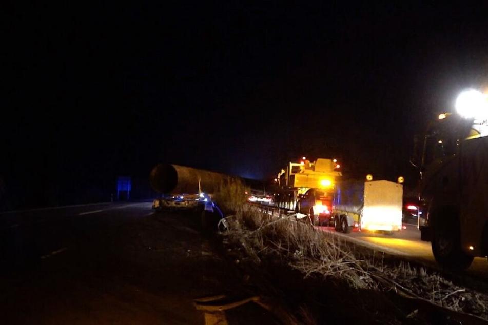 Das 75 Tonnen schwere Stahlrohr hat sich durch die Mittelleitplanke auf die Gegenfahrbahn geschoben.