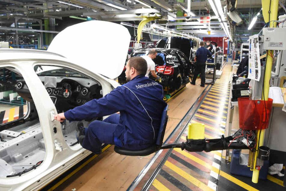 Im Werk Rastatt der Daimler AG in Rastatt findet an einem Montageband an einem Mercedes-Benz GLA der Einbau der Dachbedieneinheit mittels Schwingsitz statt. (Archivbild)