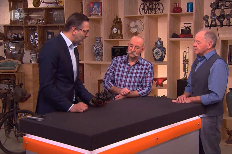 Experte Detlev Kümmel (li.) findet, dass die Spielzeug-Straßenbahn von Reinhard Vogel (re.) nur etwa 250 Euro wert sei.