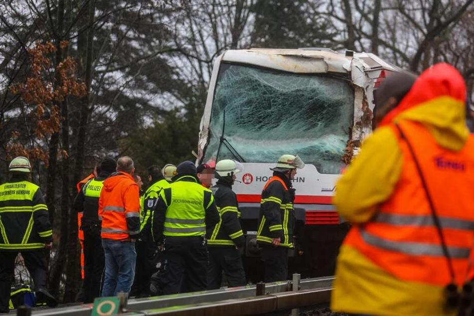 U-Bahn kracht gegen Baum: Fahrer eingesperrt, Fahrgäste verletzt