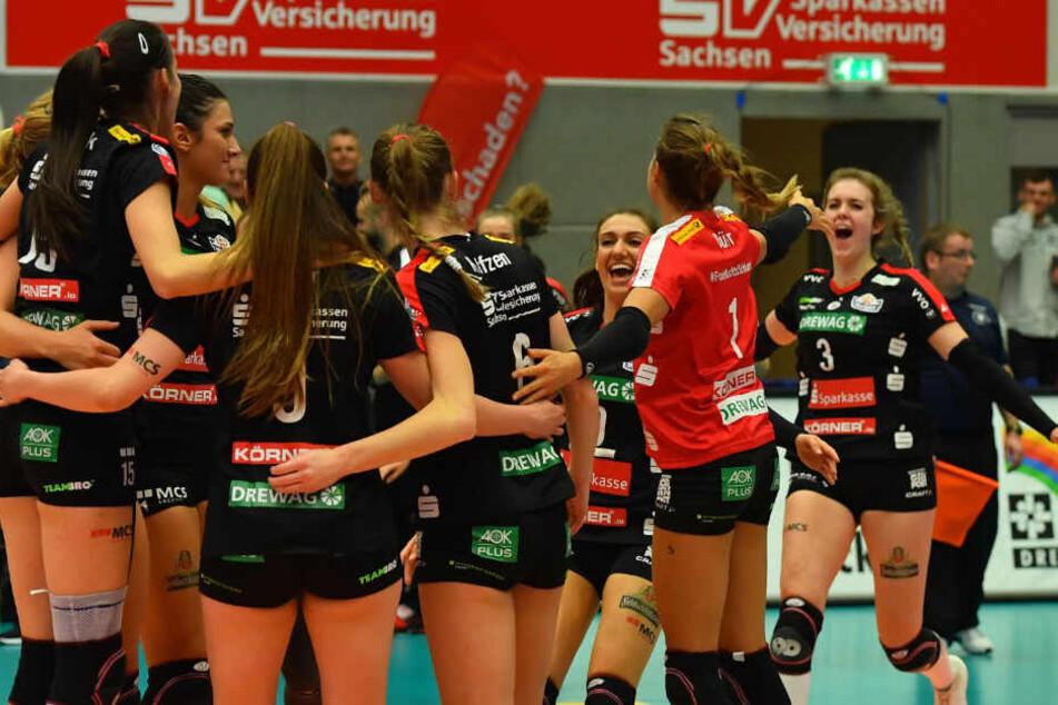 Es ist geschafft, der DSC feiert den Einzug ins Pokalfinale. Lenka Dürr (im roten Trikot) breitet jubelnd die Arme aus.