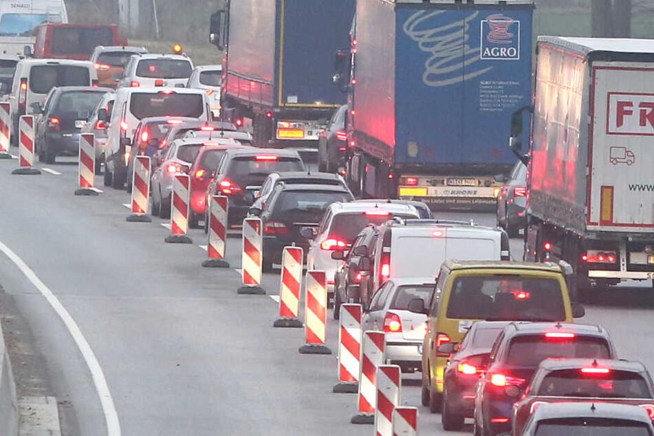 Lkw durchbricht Leitplanke: Autobahn in der Nacht gesperrt