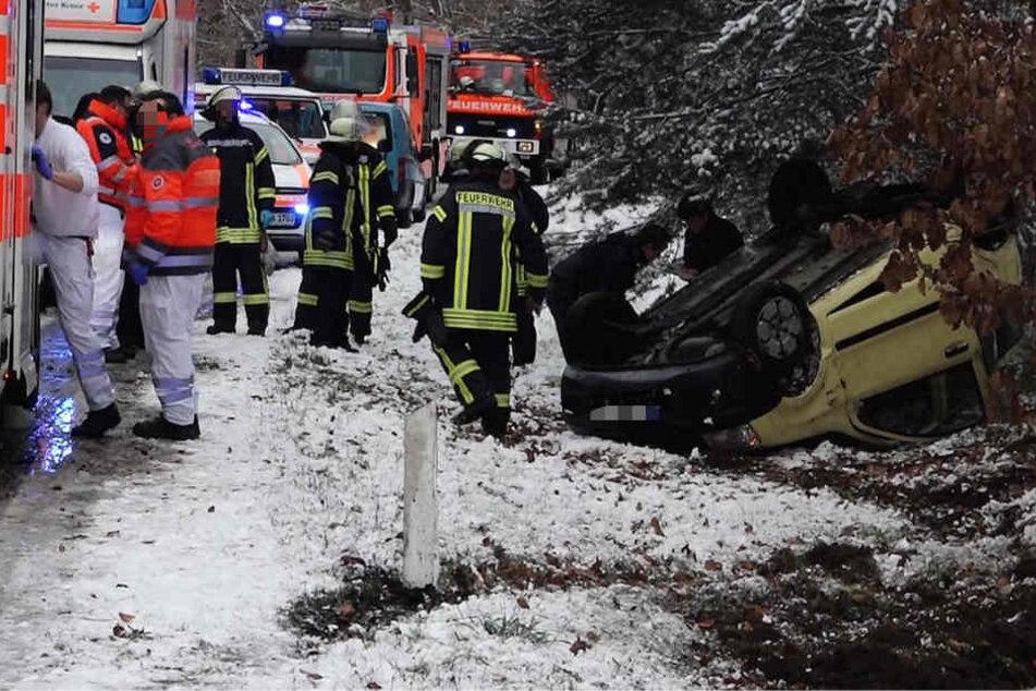 Verkehrschaos wegen Schnee und Eis: Eine Frau schwerverletzt