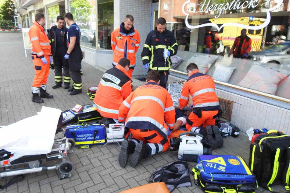 Der Rettungsdienst versorgt einen Verletzten, der zuvor angeschossen wurde.