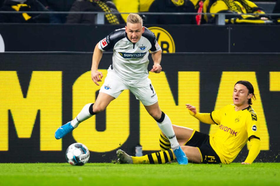 Der entscheidende Zweikampf vor dem 1:0 für Paderborn: BVB-Linksverteidiger Nico Schulz grätscht gegen den schnellen Kai Pröger zu früh, der kann sich daher durchsetzen und flanken.