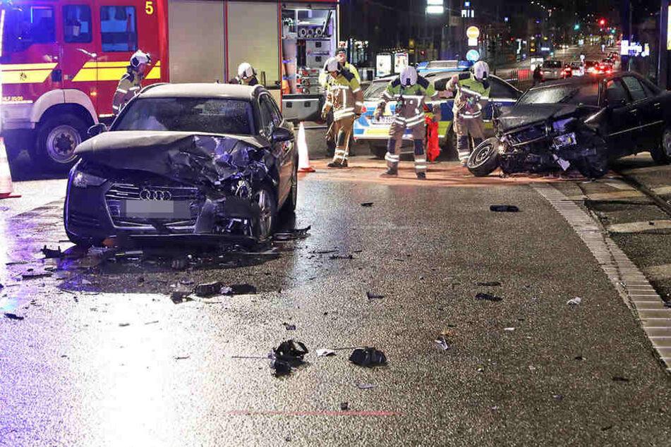 Auf der Marienbrücke kam es zum Unfall. Ein Mercedes und ein Audi waren beteiligt.
