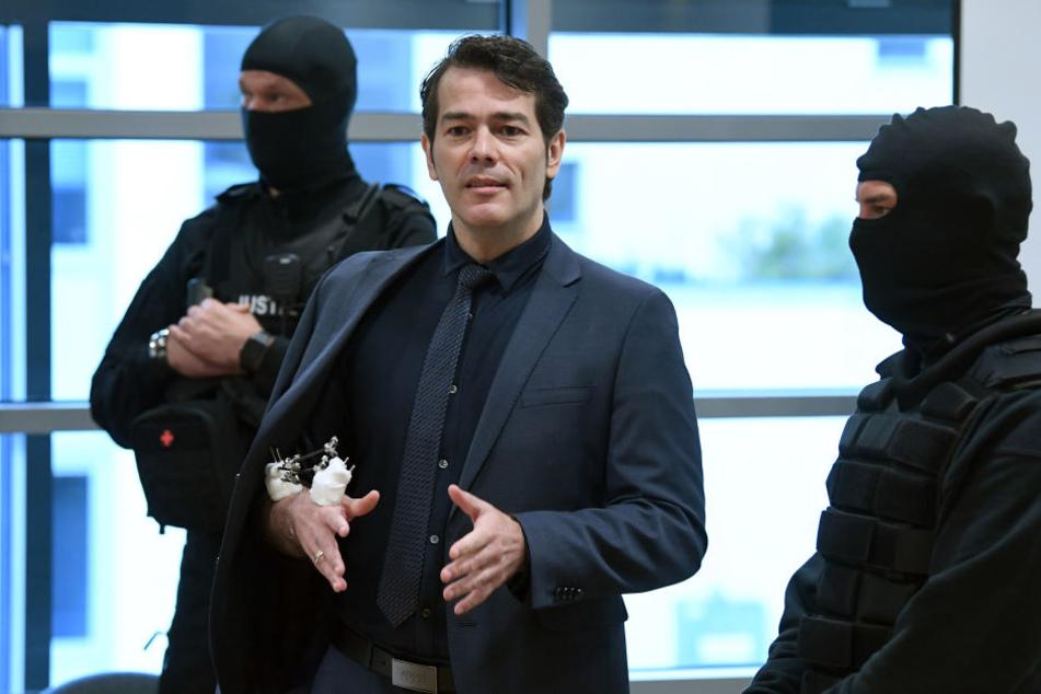 Am Verhandlungstag am Mittwoch zeigte der Angeklagte Adrian Ursache seine Narben einem Rechtsmediziner. Dieser widerlegte die Aussage des SEK-Beamten, der den ehemaligen Schönheitskönig anschoss.