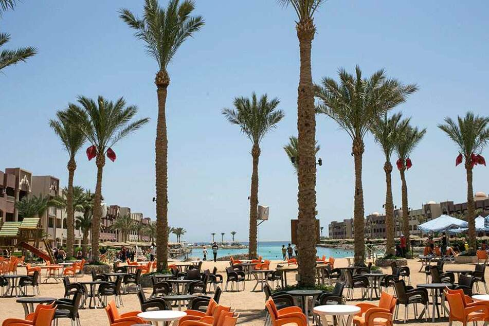 Blick auf Tische, Stühle und Palmen der Hotelanlagen in Hurghada, Ägypten, am 15. Juli, an deren Strand ein Attentäter am 14. Juli mehrere Urlauber mit dem Messer attackierte.