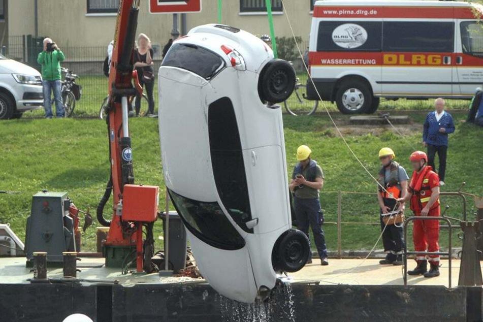 Per Kran war der VW Golf 6 aus der Elbe gezogen worden.