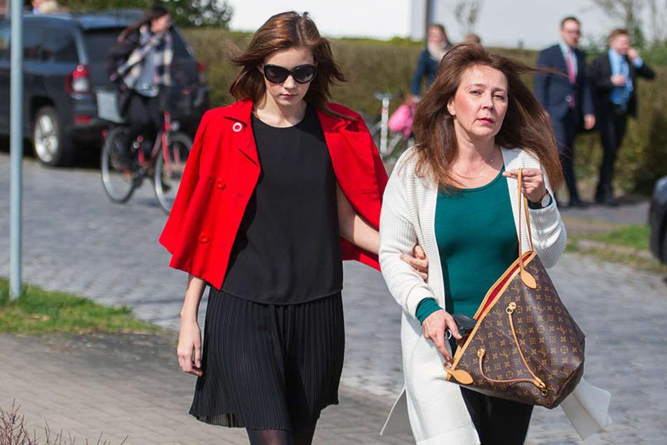 Nach den Weihnachtsferien soll Nathalie Volks Mutter (rechts) wieder arbeiten.