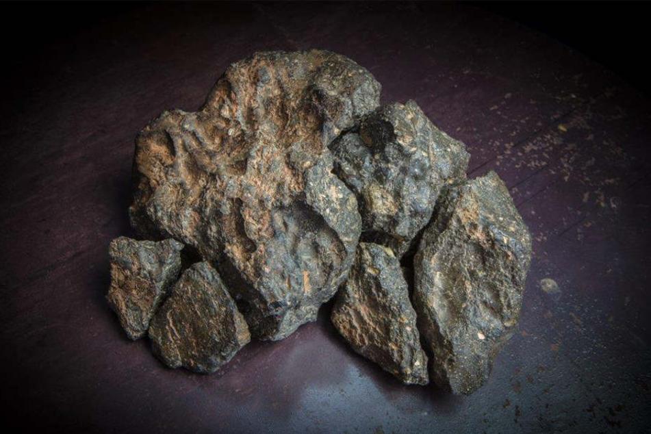 So sehen die sechs Fragmente des 5,5 Kilogramm schwerer Mondmeteorit aus, der 2017 in Nordwestafrika entdeckt wurde.