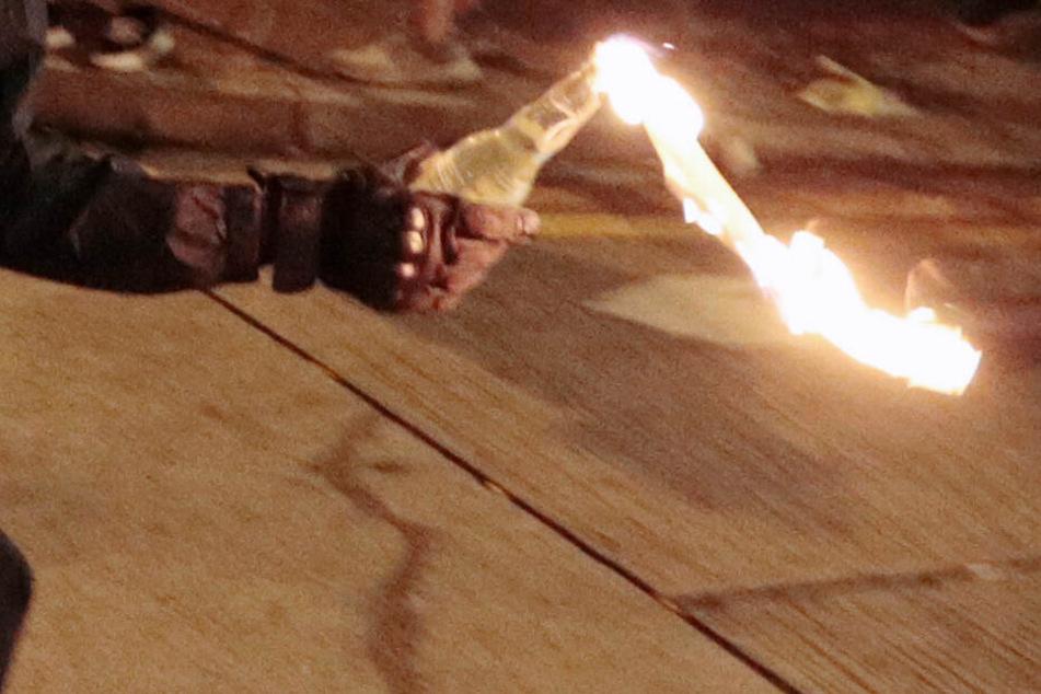 Eine brennende Flasche wurde gegen das Haus geschleudert. (Symbolbild)