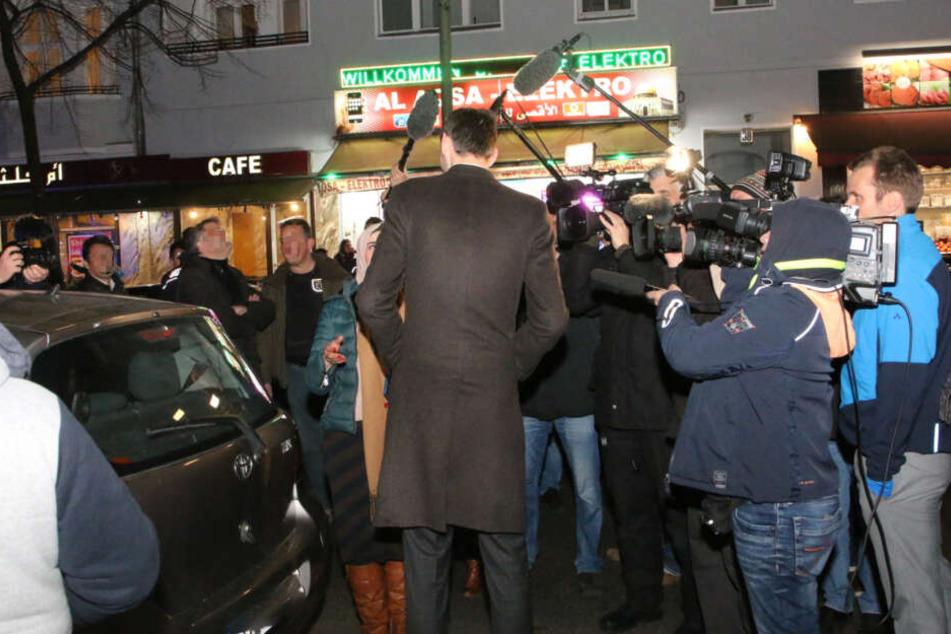 Neuköllns Bürgermeister Martin Hikel (SPD) wird im Rahmen der Razzia von Medienvertretern befragt.