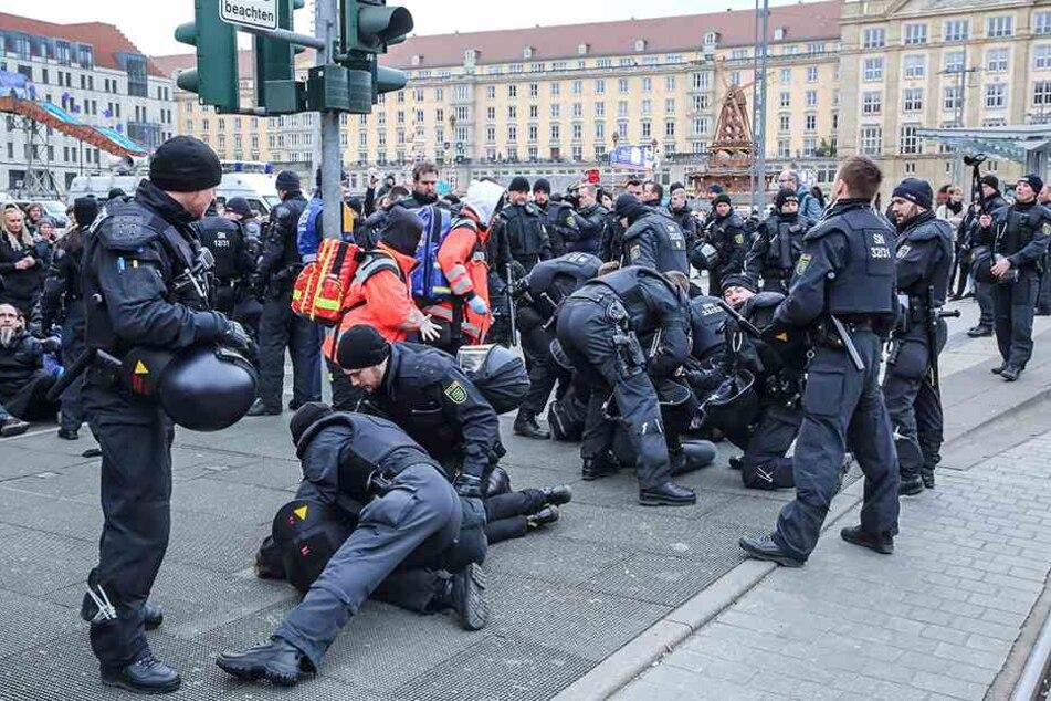Auf der Wilsdruffer Straße kam es bei einer Blockade von Gegendemonstranten zu kurzen Rangeleien mit der Polizei