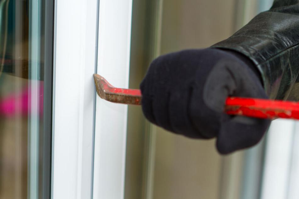 Die unbekannten Täter hatten ein Toilettenfenster aufgehebelt und stiegen in das Gebäude ein. (Symbolbild)