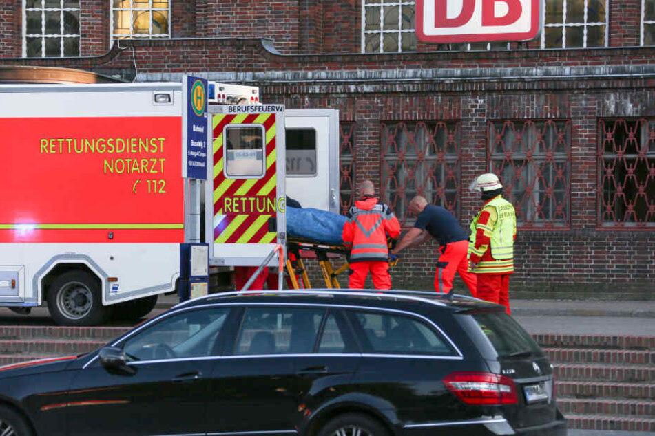 Der Rettungsdienst transportiert den Erschossenen.