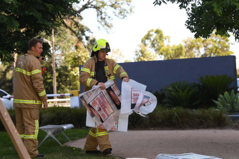 Ein Feuerwehrmann hält einen Beutel für Gefahrenstoffe vor dem Gebäude des südkoreanischen Konsulats.