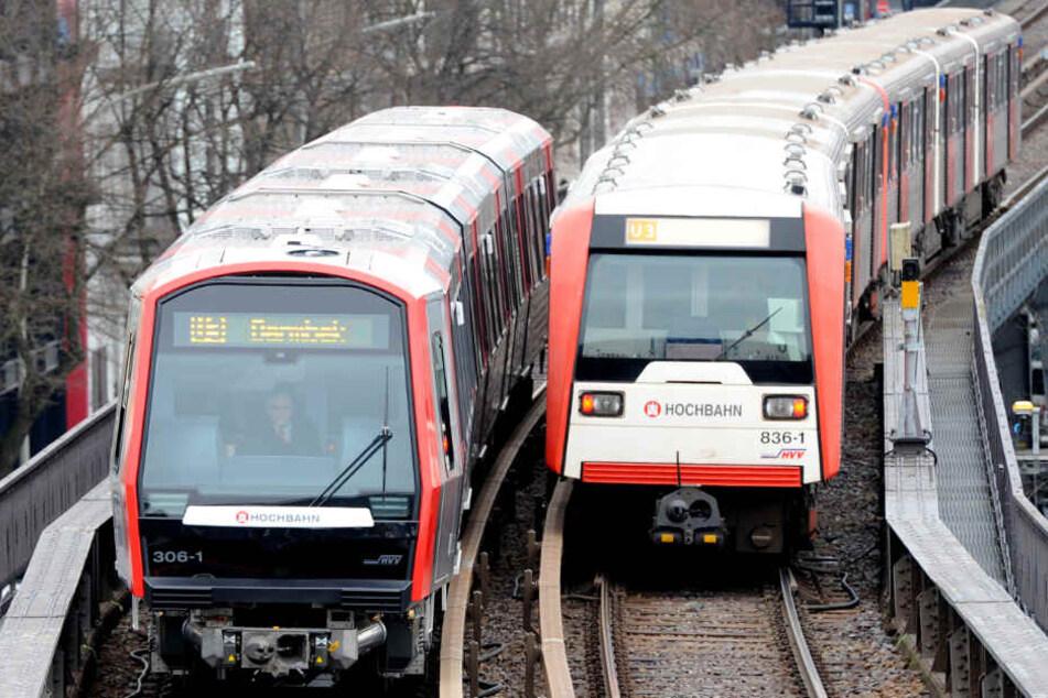 Zwei U-Bahnen begegnen sich im Hamburger Schienennetz. (Archivbild)
