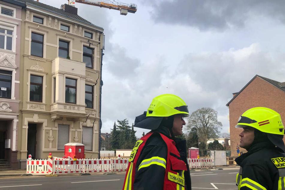 Die Feuerwehr vor dem abgesackten Haus, das bereits Risse hat.